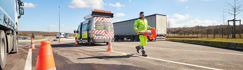 La sécurité des hommes en jaune sur l'autoroute